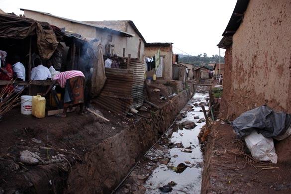 LFM2. CAPÍTULO 46 Slum-Namuwongo-Kampala-4